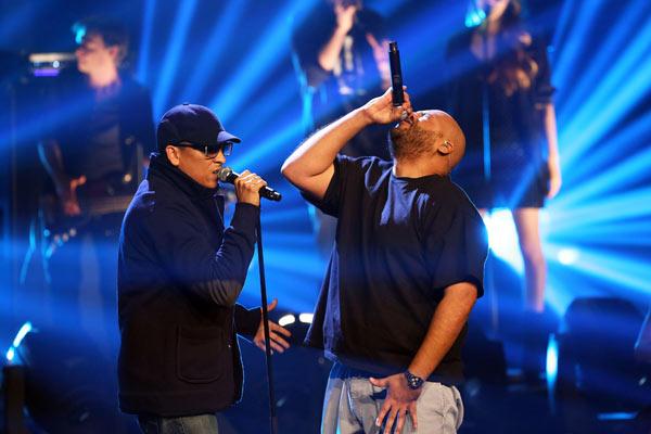Tenir son micro par la capsule fait aussi partie de la culture hip-hop, on en parle? (source : X Factor)